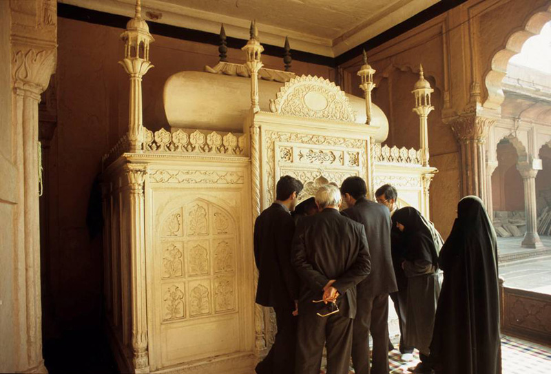 A group visits the reliquary shrine, known as the Dargah Athar-Sharif, located at the northeast corner of the colonnades—away from the western direction of prayer for India. <em>Photograph: Jacqueline Ganem</em>